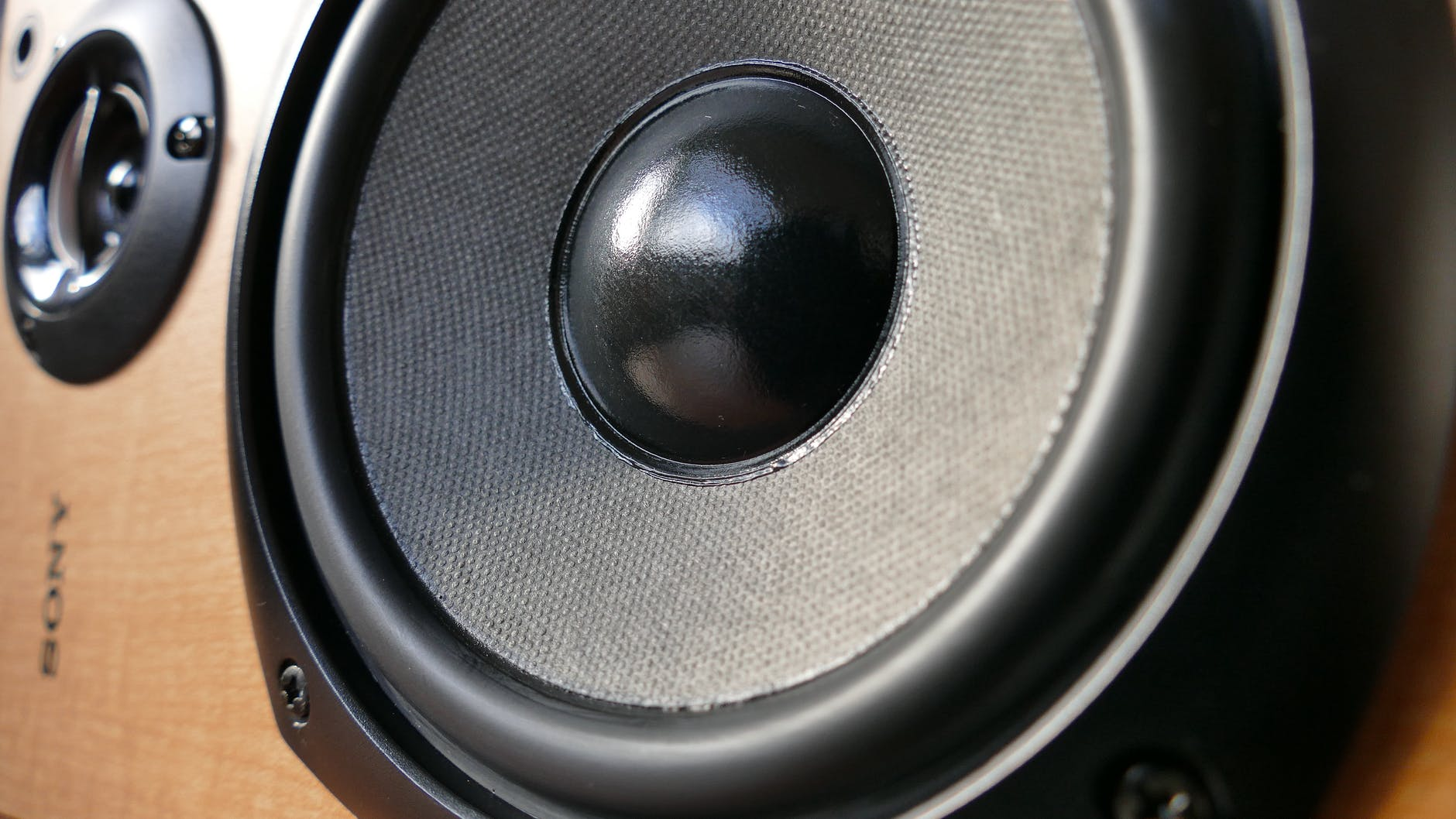 En aktiv højtaler har indbygget forstærker