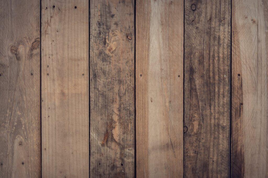 Giv dit kontor et rustikt look med paneler til vægge